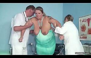 Wenn der Frauenarzt Mealy-mouthed depart Mutti fickt bei der Kontrolle