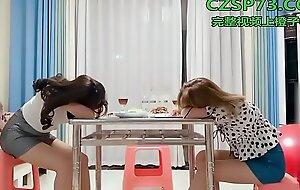 国产自拍眼镜小哥剧情演绎吃饭灌醉两个妹子,放在座位上后入啪啪再放到沙发上猛干