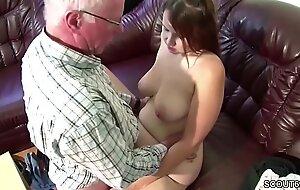 Opa bekommt seine Stief Enkelin zum Fick wenn Eltern weg