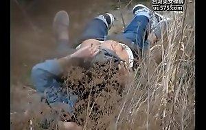 网曝不雅门事件西安桃花潭公园两学生情侣荒草掩护席地野战