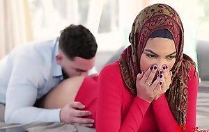 未使用的穆斯林姐妹在盖头班克斯兄弟-玛雅·法瑞尔